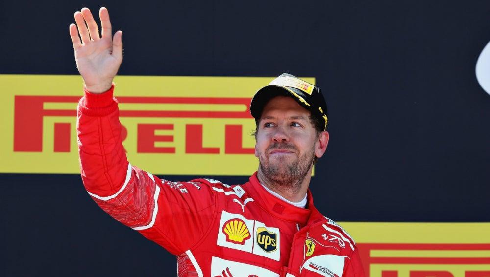 Vettel saluda a la afición