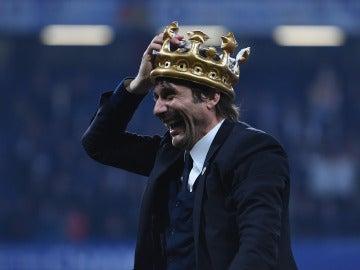 Antonio Conte, con la corona de campeón de la Premier
