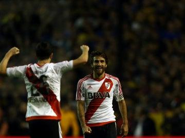 Leonardo Ponzio y Ignacio Fernandez celebran el triunfo ante Boca Juniors