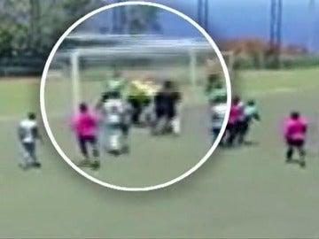 Frame 9.904761 de: Agreden a un árbitro y su asistente en un partido de fútbol en Tenerife