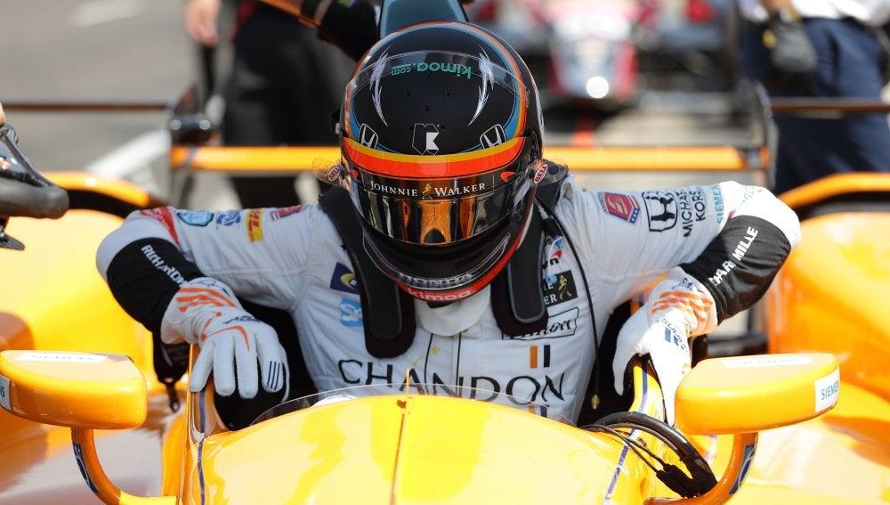 Fernando Alonso se sube a su coche de las 500 millas de Indianápolis