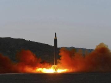 Fotografía que muestra el lanzamiento de un misil en Corea del Norte