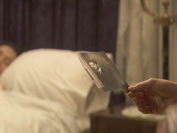 Camila descubre el santuario de Lucía dedicado a Hernando