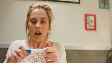 Carmen se hace un test de embarazo a escondidas de Iñaki