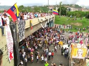 Frame 50.282166 de: Fiscalía y oposición informan de dos muertes más durante las protestas en Venezuela