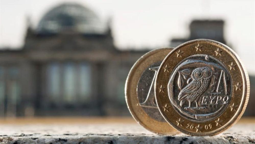 Dos monedas de euro, una de ellas acuñada en Grecia, fotografiadas delante del Bundestag en Berlín (Alemania)
