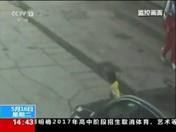 Frame 4.146665 de: Una niña sobrevive a un atropello en China