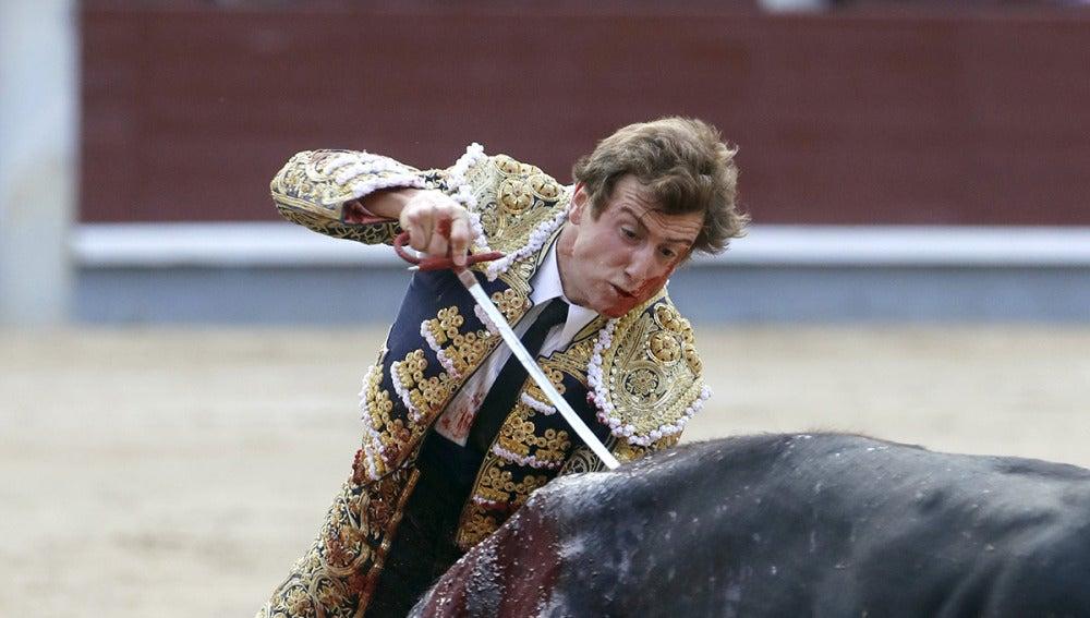 El diestro Román Collado se dispone a entrar a matar a uno de sus astados