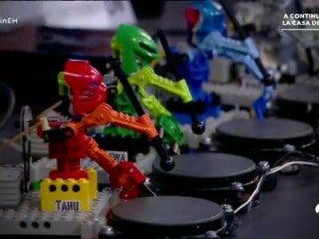 Frame 182.959047 de: Descubre el primer grupo de música creado con robots de Lego