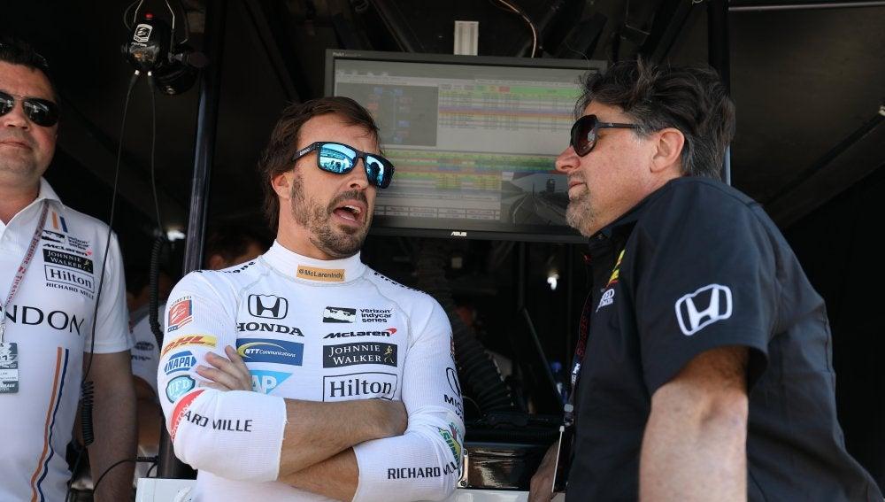 Fernando Alonso conversa con el expiloto estadounidense Michael Andretti