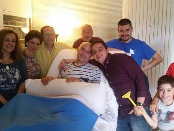 Luis de Marcos posa junto a sus familiares y amigos