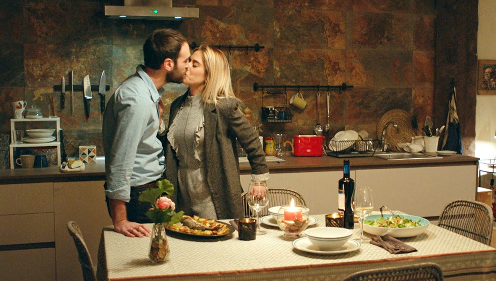 Carmen prepara una cena romántica para contarle a Iñaki que van a ser padres