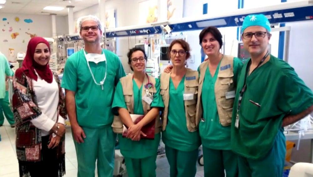 Frame 21.084152 de: Cirujanos cardiovasculares que salvan vidas desinteresadamente en lugares inhóspitos