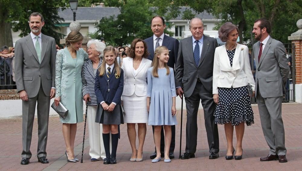 La infanta Sofía rodeada de su familia en su Primera Comunión