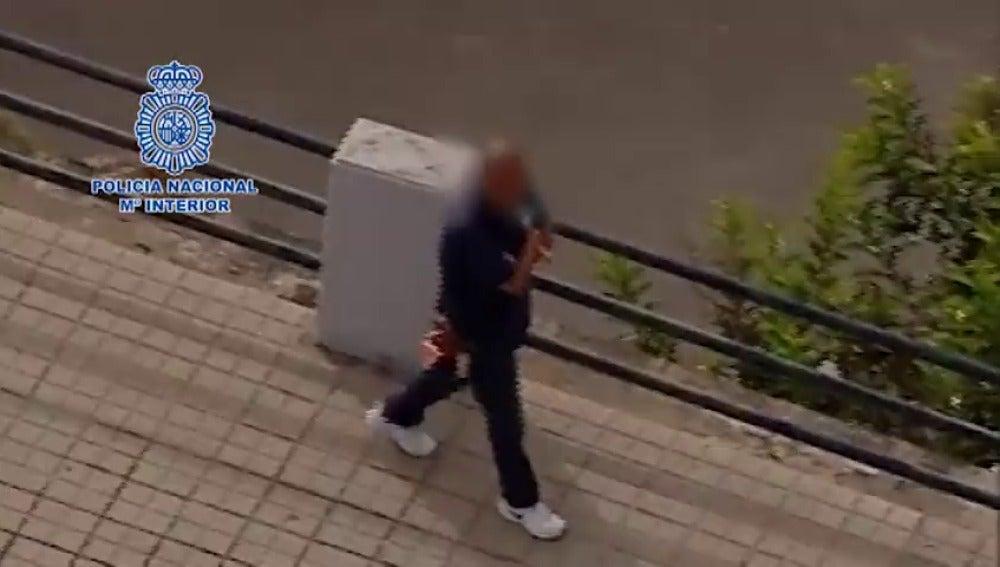 Frame 9.967667 de: Neutralizado un hombre que deambulaba con un hacha por las calles de Las Palmas de Gran Canaria