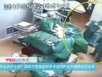 Brutal agresión entre dos enfermeros en plena cirujía