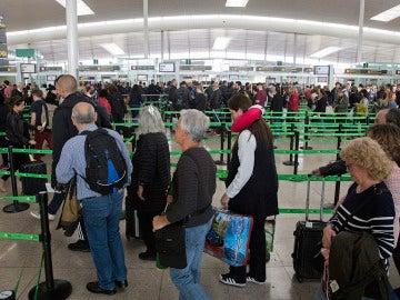 Colas en el control de pasaportes en El Prat