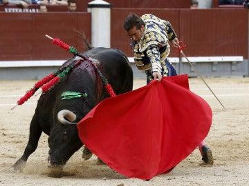 """El diestro David Fandila """"El Fandi"""" en la faena a su primer toro"""