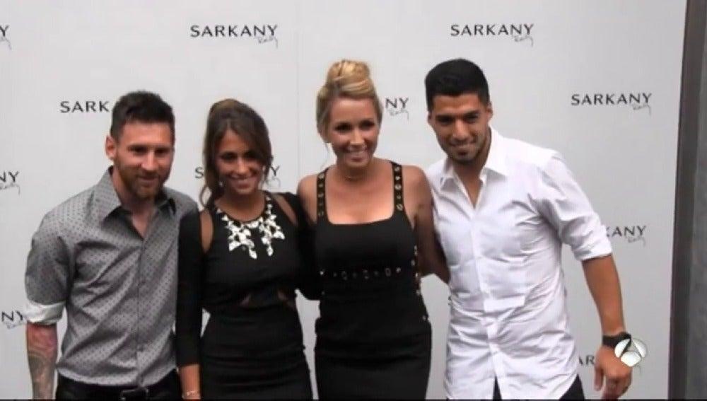 Frame 4.646666 de: Los jugadores del Barça 'pasan' del Celta-Madrid y se van con sus parejas a la inauguración de una zapatería