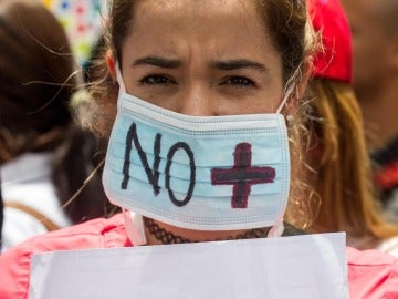 Una manifestante participa en una protesta de médicos y trabajadores del sector salud