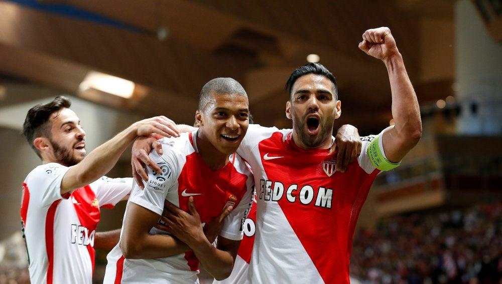 Falcao y Mbappé celebran un gol del Mónaco