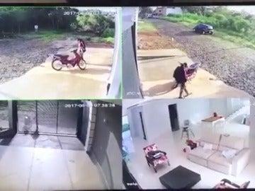 Frame 12.002933 de: Encuentra a los ladrones dentro de su casa y atropella a uno de ellos