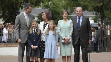 La Familia Real a su llegada a la iglesia donde la infanta Sofía ha tomado su Primera Comunión
