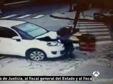 Un coche estampa a un peatón contra un semáforo