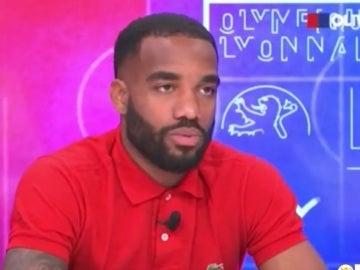 Lacazette, en plena entrevista a la TV del Lyon