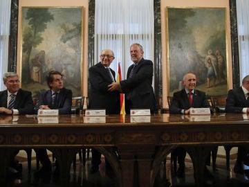 El ministro de Hacienda, Cristóbal Montoro, y el consejero de Hacienda y Economía vasco, Pedro Azpiazu