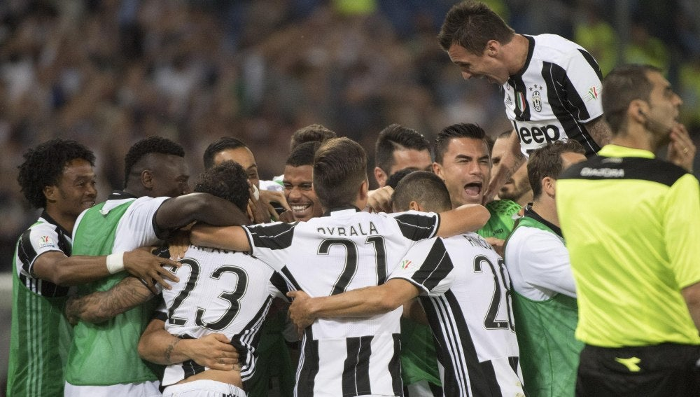 Los jugadores de la Juventus celebran la victoria y el título