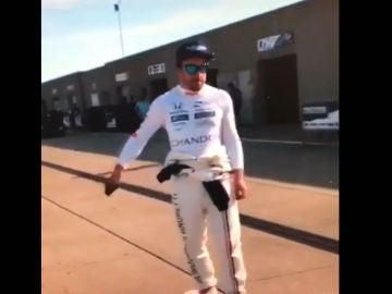 Alonso, haciendo skate en el paddock de Indianápolis