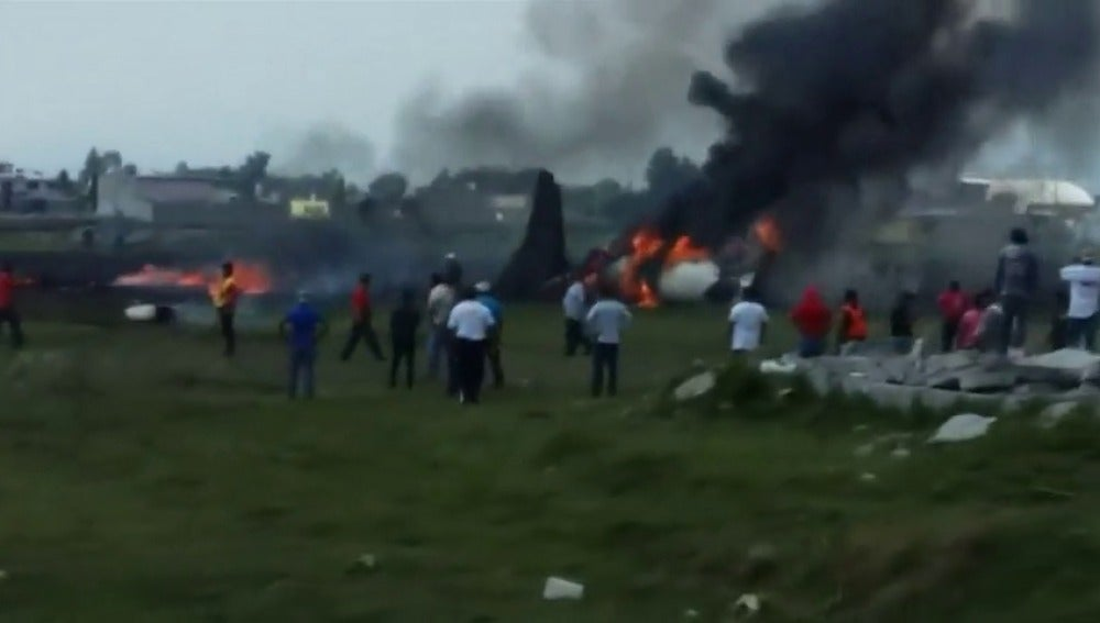 Frame 7.12938 de: Accidente aéreo al estrellarse un jet a 200 metros de la pista