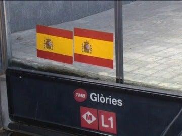 Frame 23.375143 de: Pegan centenares de pegatinas de banderas españolas en área de Barcelona