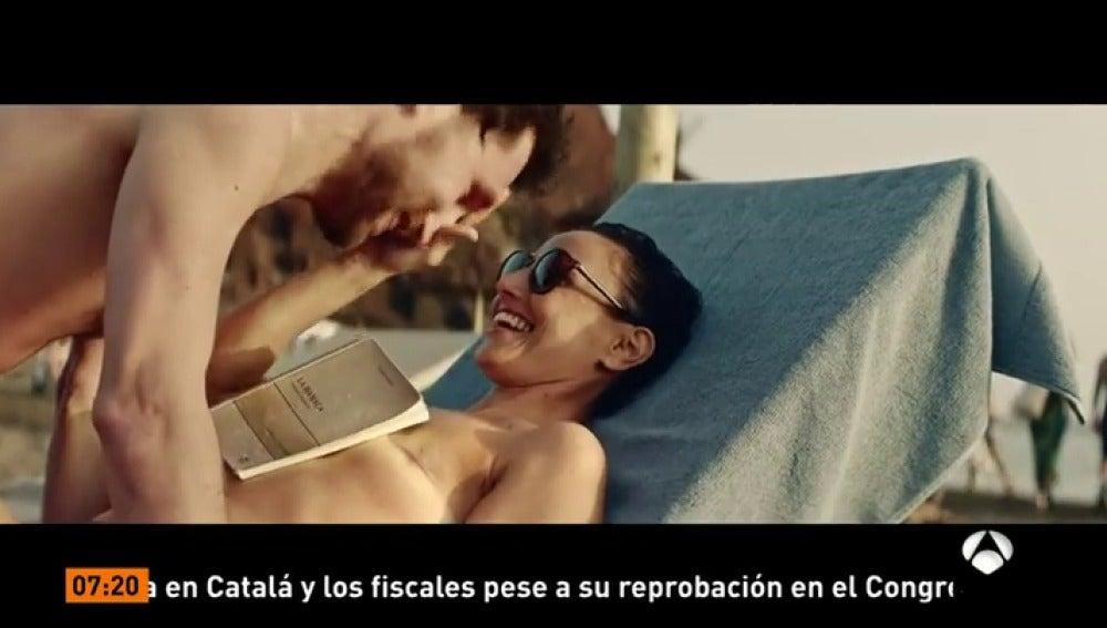 Frame 56.235 de: Una marca de gafas apuesta por un anuncio con una mujer haciendo topless y mostrando su mastectomía