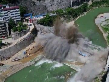 Frame 7.338675 de: Demolición controlada del puente de Wuxi