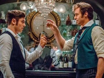 Fotograma de Zac Efron y Hugh Jackman en la película
