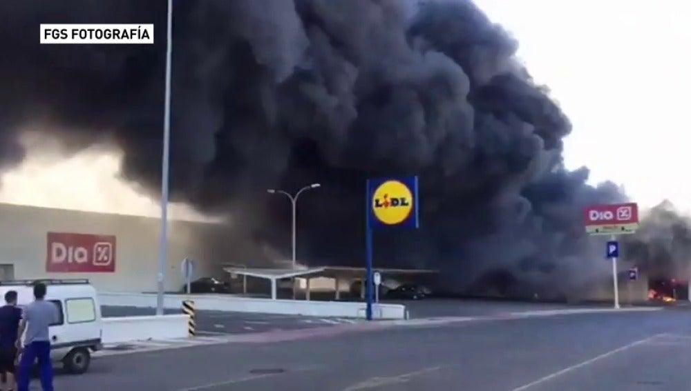 Frame 17.528888 de: Aparatoso incendio en un bazar chino en Adra, en Almería