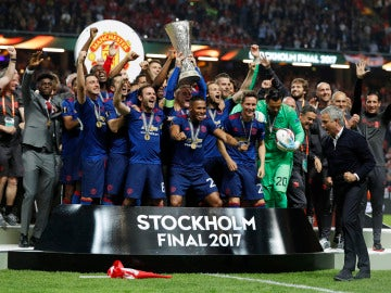 Rooney levanta el trofeo de la Europa League