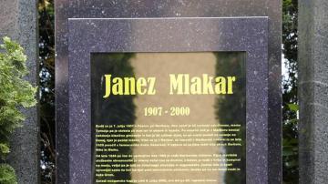 Lápida digital en un cementerio de Eslovenia