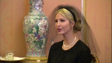 Frame 64.045362 de: Los gestos y la indumentaria de Melania e Ivanka Trump ante el papa provocan numero