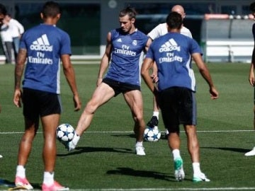 Gareth Bale toca balón en Valdebebas
