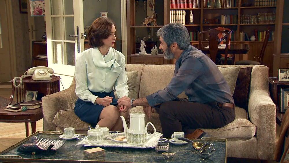 Félix teme perder el amor de Rosalía al encontrarla con Esteban