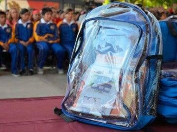 Reparten mochilas transparentes en un colegio de México para evitar tiroteos