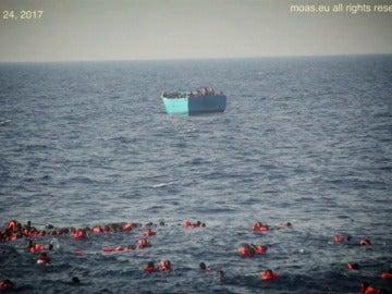Frame 2.949333 de: Al menos 31 muertos en el Mediterráneo al naufragar una embarcación con 500 inmigrantes
