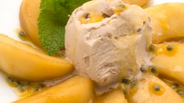 Manzanas salteadas con helado.