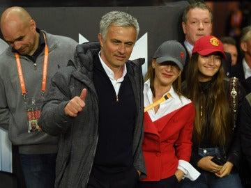 Mourinho realiza un gesto a la afición del United tras ganar la Europa League