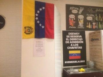 """Cartel contra """"los chavistas"""" en un restaurante"""