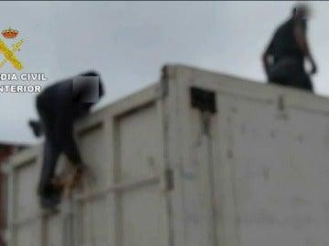Frame 11.739845 de: Interceptan a 150 inmigrantes en el puerto de Melilla cuando intentaban viajar a España