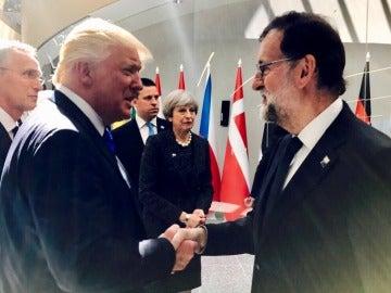 Primer saludo entre Rajoy y Trump en la cumbre de la OTAN